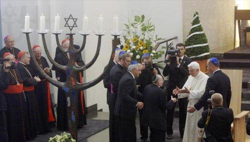 El Antipapa Benedicto XVI en una sinagoga durante su visita a Alemania en 2006.