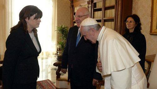 Francisco esconde la cruz, se inclina para complacer a la secretaria judía del presidente israelí