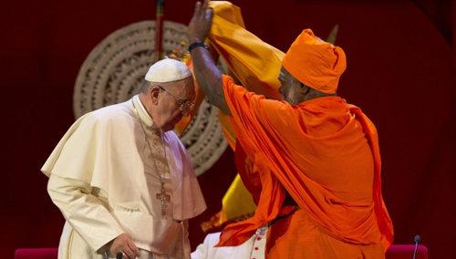 El Antipapa Francisco con un hindú durante un encuentro interreligioso en Sri Lanka el 13 de enero de 2015