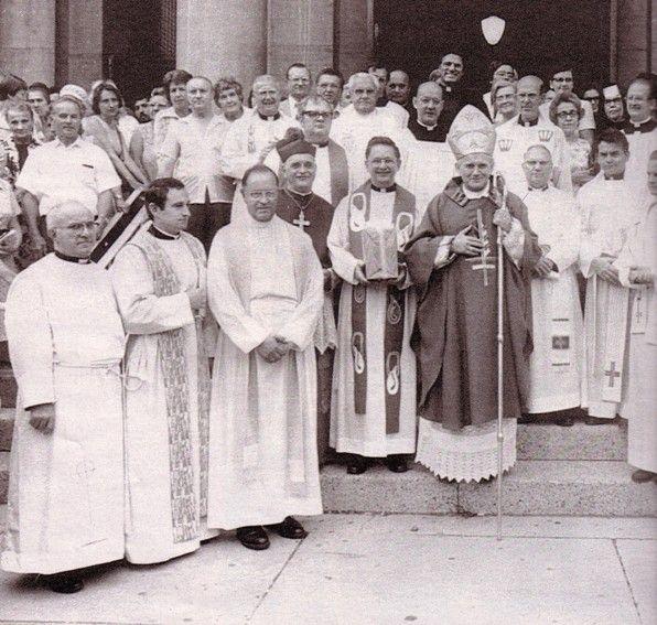 El Anticristo Juan Pablo II en Detroit, antes de convertirse en antipapa, usando en sus paramentos una cruz invertida.
