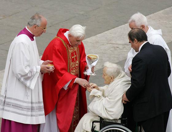 Anti Papa Benedicto XVI le da 'Comunión' en la mano al protestante Roger Schutz