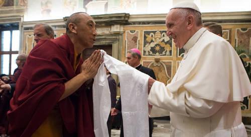 El Antipapa Francisco con un budista pagano en noviembre de 2016