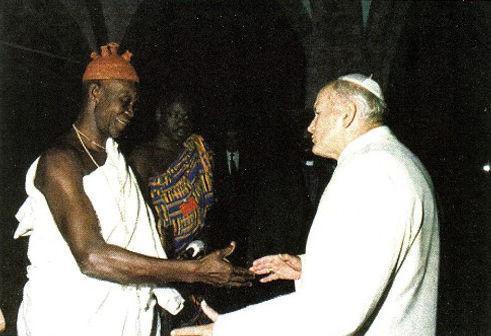 Anti Papa Juan Pablo II reza con animista africano (brujo)