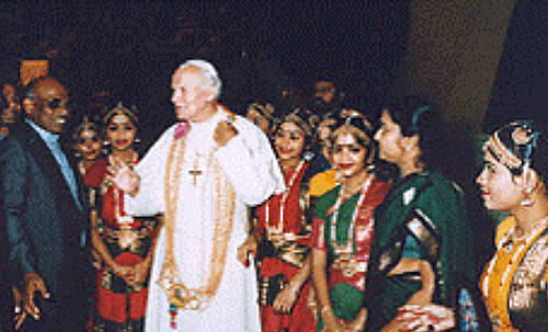 Anti Papa Juan Pablo II con bailarinas hinduismo