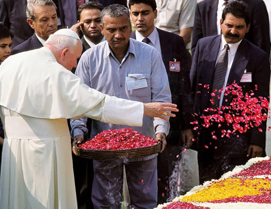 Anti Papa Juan Pablo II avienta flores a la tumba de Gandhi
