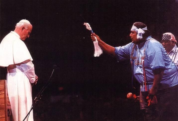 """Juan Pablo II siendo """"bendecido"""" en un ritual pagano"""