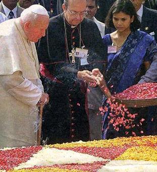 Anti Papa Juan Pablo II en la tumba de Gandhi hindú
