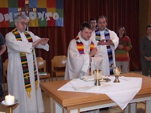 Al igual que el nuevo servicio de los protestantes, la nueva misa se celebra sobre una mesa