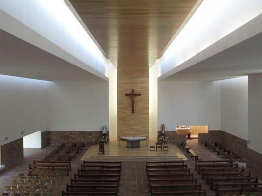 Interior de iglesia con nueva misa y mesa altar