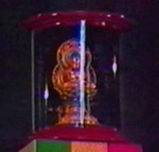 La estatua de buda sobre el tabernáculo
