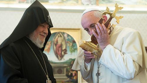 Anti Papa Francisco besando una cruz que le regaló el cismático Karekin II de Armeni