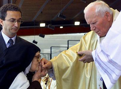 """la """"Hna. Lucía"""" besando la mano de Juan Pablo II inmediatamente después de recibir la """"comunión"""""""