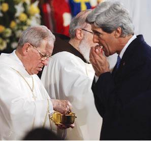 """El senador abortista John Kerry recibiendo la """"comunión"""