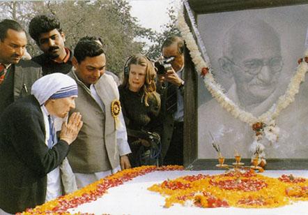Madre Teresa venerando la tumba del pagano Gandhi
