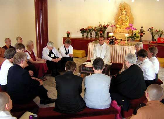 Nueva misa budista, estatua de buda sobre el altar