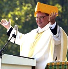 Nueva Misa con un 'sacerdote' llegando un queso en la cabeza