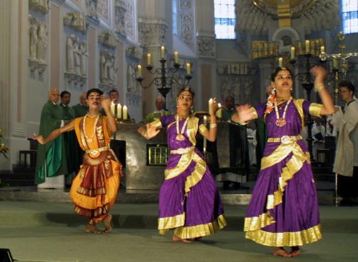 Nueva misa con bailarinas y danza hindú
