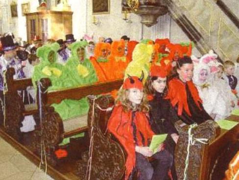 Nueva misa con personas vestidas de diablos