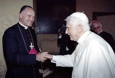Mons. Bernard Fellay saludo masónico con Anti Papa Benedicto XVI