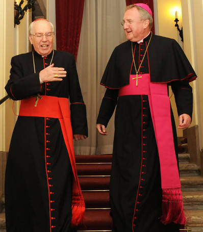 Un cardenal viste una faja roja o escarlata y un obispo una faja púrpura
