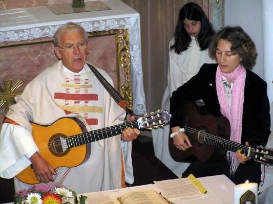 'Sacerdote' con guitarra y una mujer en el altar en la Nueva Misa