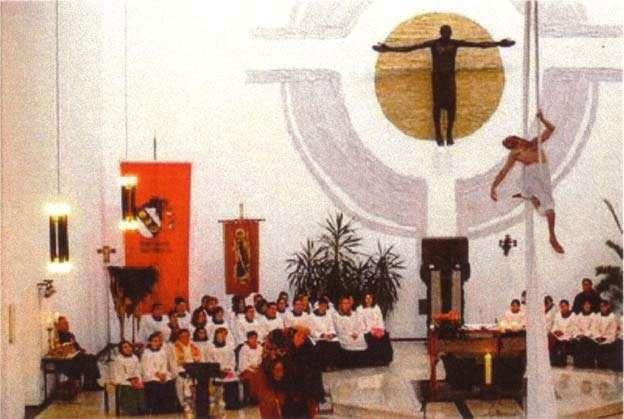 Nueva misa con un sacerdote casi desnudo sobre una cuerda floja