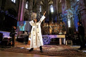 """'Sacerdote' rokero """"padre Jony"""" en la Nueva Misa"""