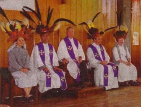 Nuevas misas con sacerdotes vestidos con trajes nativos