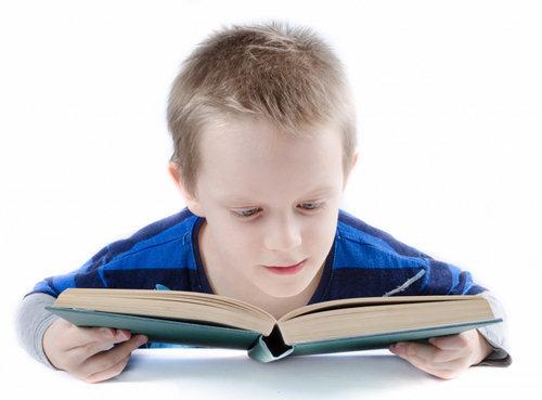 El poder de la mente de un niño leyendo libro