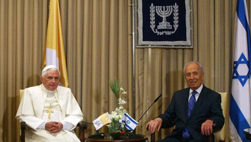 Anti-Papa Benedicto XVI y el Presidente Shimon Peres de Israel