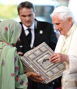 Antipapa Benedicto XVI recibe el Corán de los musulmanes