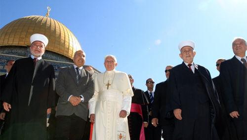 """Anti-Papa Benedicto XVI y los musulmanes en la mezquita """"Cúpula de la Roca"""""""