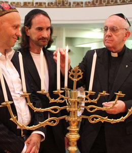 Antipapa Francisco celebra Janucá y enciende menorá judía
