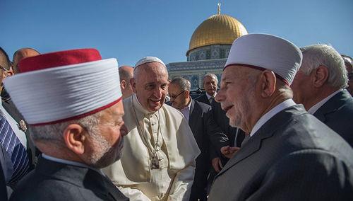 """Anti-Papa Francisco y los musulmanes en la mezquita """"Cúpula de la Roca"""""""