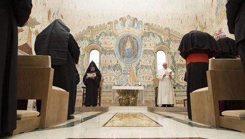 """Anti Papa Francisco rezando con cismático """"patriarca"""" Karekin II de Armenia"""