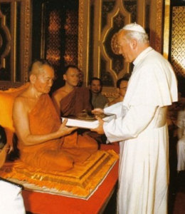 Antipapa Juan Pablo II en un templo budista