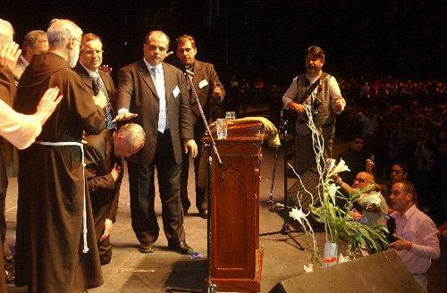 """Francisco, Jorge Bergolio, se arrodilla para recibir la """"bendición"""" de un """"ministro"""" protestante"""