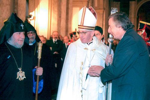 """El Presidente Kirchner, el """"cardenal"""" Bergoglio y el patriarca cismático de los Armenios, Karekin II, durante el """"Tedéum"""" del 2004."""