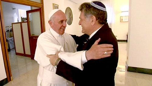 El Antipapa Francisco abraza a su amigo rabino Abraham Skorka en el Vaticano