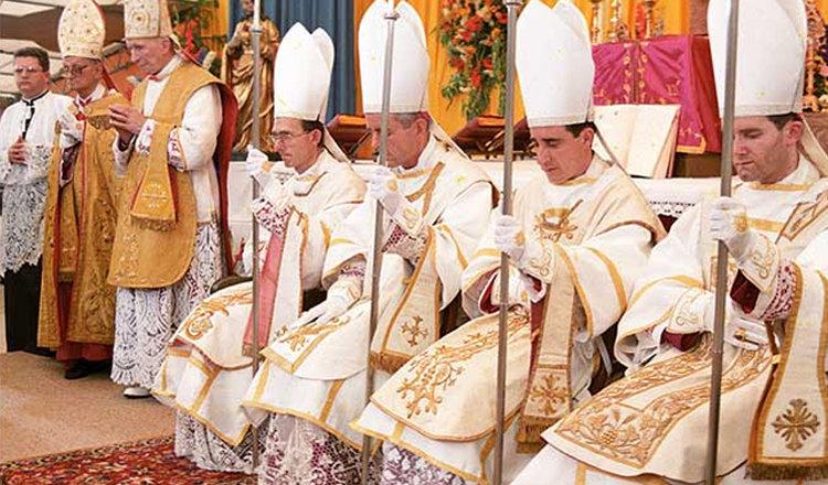 El Arzobispo Marcel Lefebvre (fundador de la FSSPX) y los cuatro obispos que consagró en Ecône, Francia, el 30 de junio de 1988