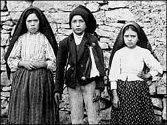 Los tres niños pastorcitos que vieron a la Madre de Dios en Fátima: Lucía, Francisco y Jacinta
