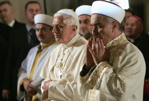 Anti Papa Benedicto XVI orando como los musulmanes en una mezquita.