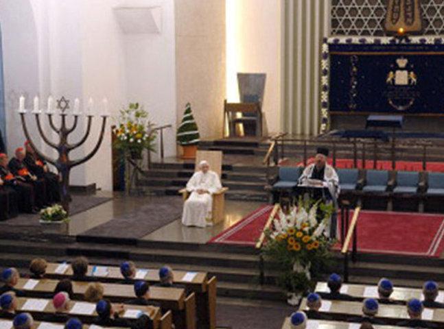 Anti Papa Benedicto XVI en un servicio judío en una sinagoga, esto ocurrió en Alemania en un Viernes Santo a la hora cuando fue crucificado Nuestro Señor Jesucristo.