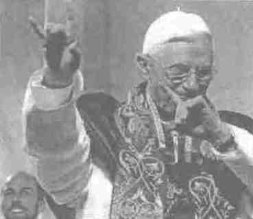 Anti Papa Benedicto XVI dando el saludo del diablo.