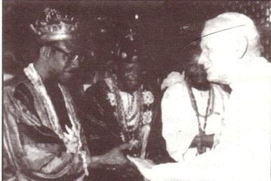 Juan Pablo II con un animista africano (brujo), trataremos más sobre esto más adelante