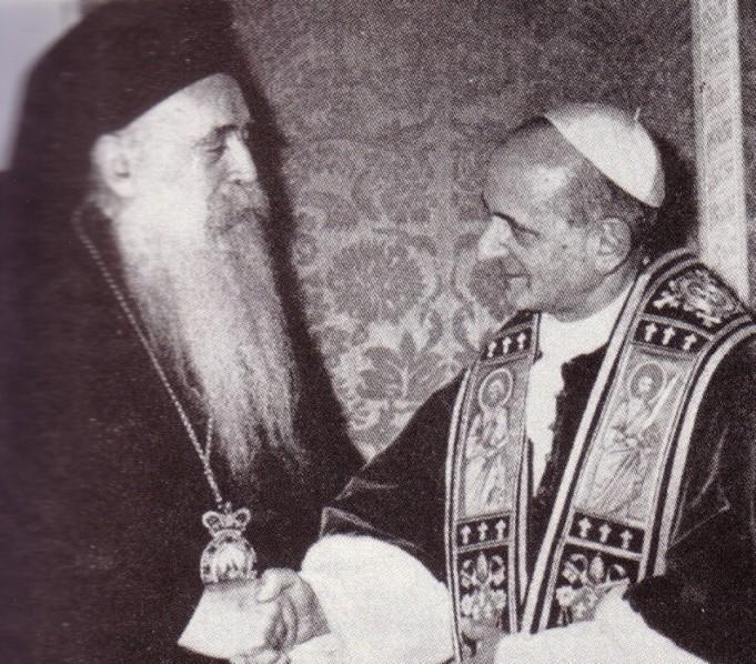Pablo VI dando saludo masónico con un líder cismático