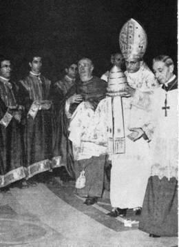 Pablo VI deshaciéndose de la tiara papal